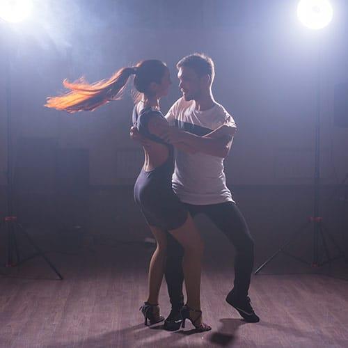 Couple qui danse à l'école Kosta danse