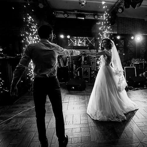 Un couple qui prépare une danse pour l'ouverture du bal d'un mariage