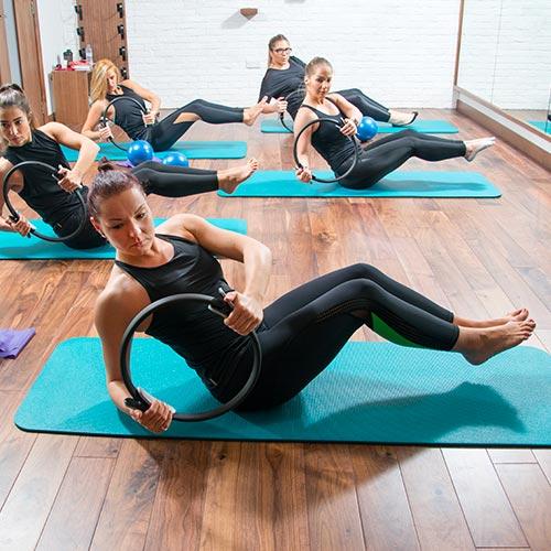 Groupe de femme faisant du Pilates